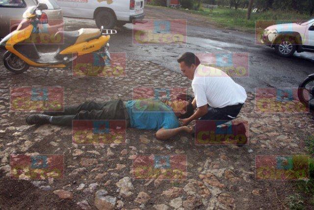 ¡Hombre se cayó dos veces de su motocicleta y resultó lesionado en Lagos de Moreno!