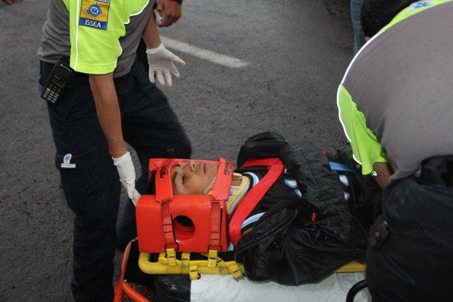 ¡4 motociclistas lesionados tras chocar contra una camioneta en Aguascalientes!