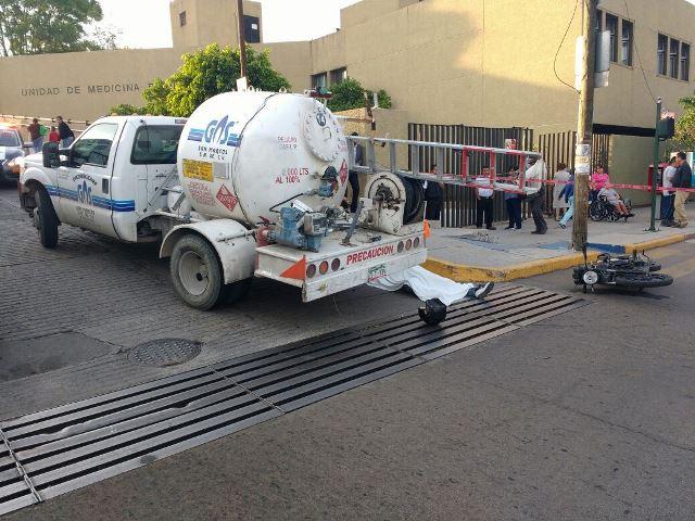 ¡Motociclista murió aplastado por un camión repartidor de gas en Aguascalientes!