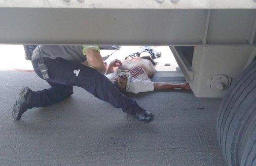 ¡Muere un ciclista que fue impactado y aplastado por un trailer en Aguascalientes!