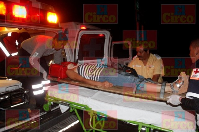 ¡5 jóvenes lesionados tras la volcadura de una camioneta en Lagos de Moreno!