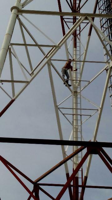 ¡Policías y bomberos rescataron a borracho que subió a una torre de 75 metros en Aguascalientes!