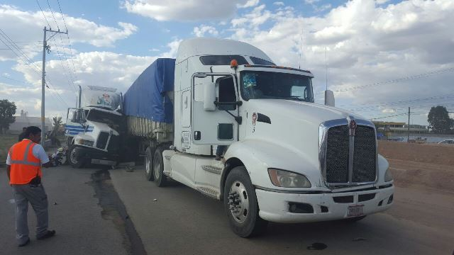 ¡1 lesionado tras choque entre 2 trailers en Aguascalientes!