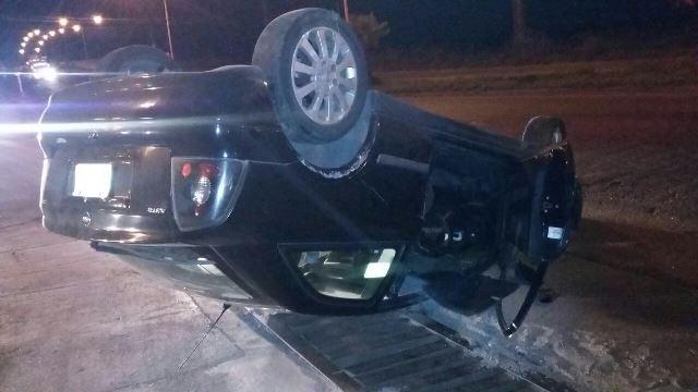 ¡Aparatosa volcadura de un auto en Aguascalientes provocada por el exceso de velocidad!