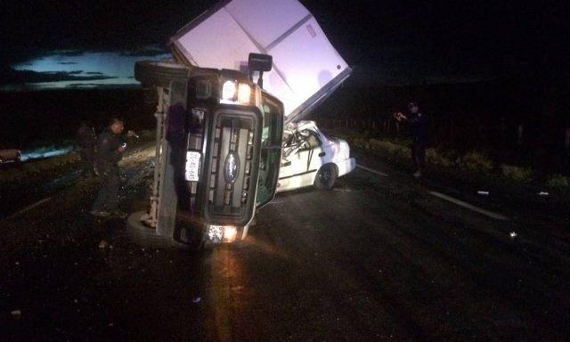 ¡Camión de carga volcó y aplastó un auto en Río Grande, Zacatecas: 3 muertos!