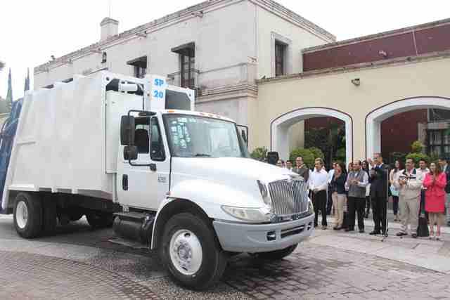 ¡Entregan camión de basura, sillas de ruedas y premios de torneo de futbol en Jesús María!