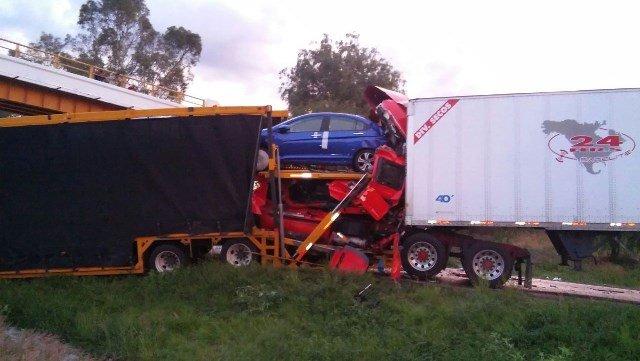 ¡Fuerte choque entre 3 trailers dejó 1 muerto en Encarnación de Díaz!