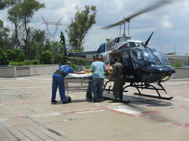 ¡2 empleados de la CFE casi se matan tras una caída de 10 metros en Encarnación de Díaz!