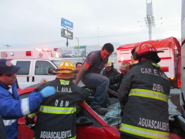 ¡2 hermanos lesionados tras estrellar su auto contra un autobús en Aguascalientes!