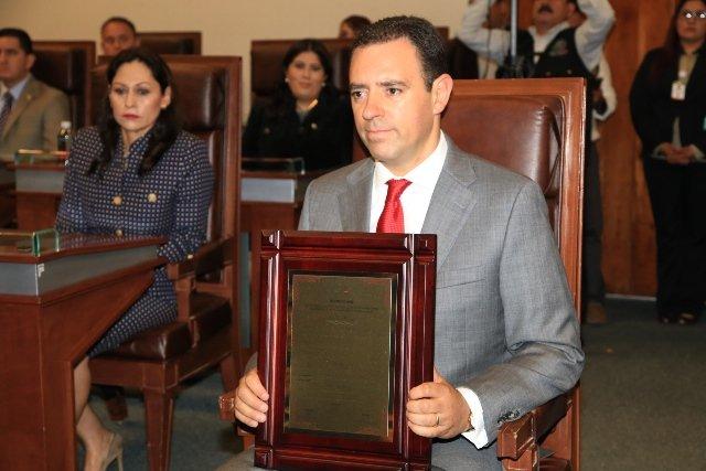 ¡Alejandro Tello recibe Bando Solemne de la 61 Legislatura!