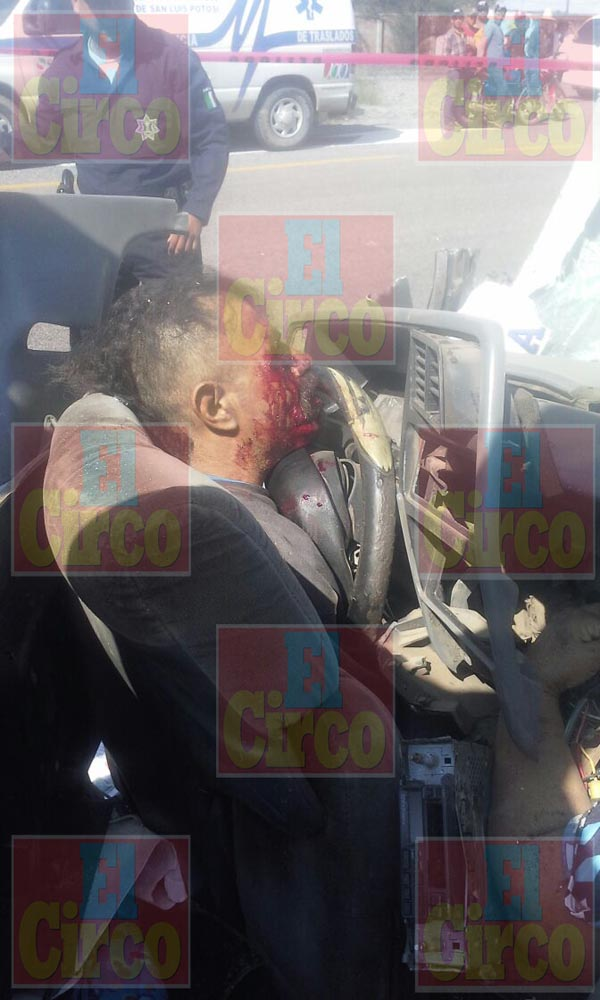 ¡Camioneta se estrelló contra un autobús en Pánfilo Natera, Zacatecas: 2 muertos y 1 herido grave!