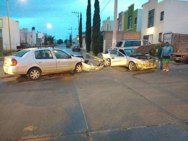 ¡3 lesionados tras fuerte choque entre 2 autos en Aguascalientes!