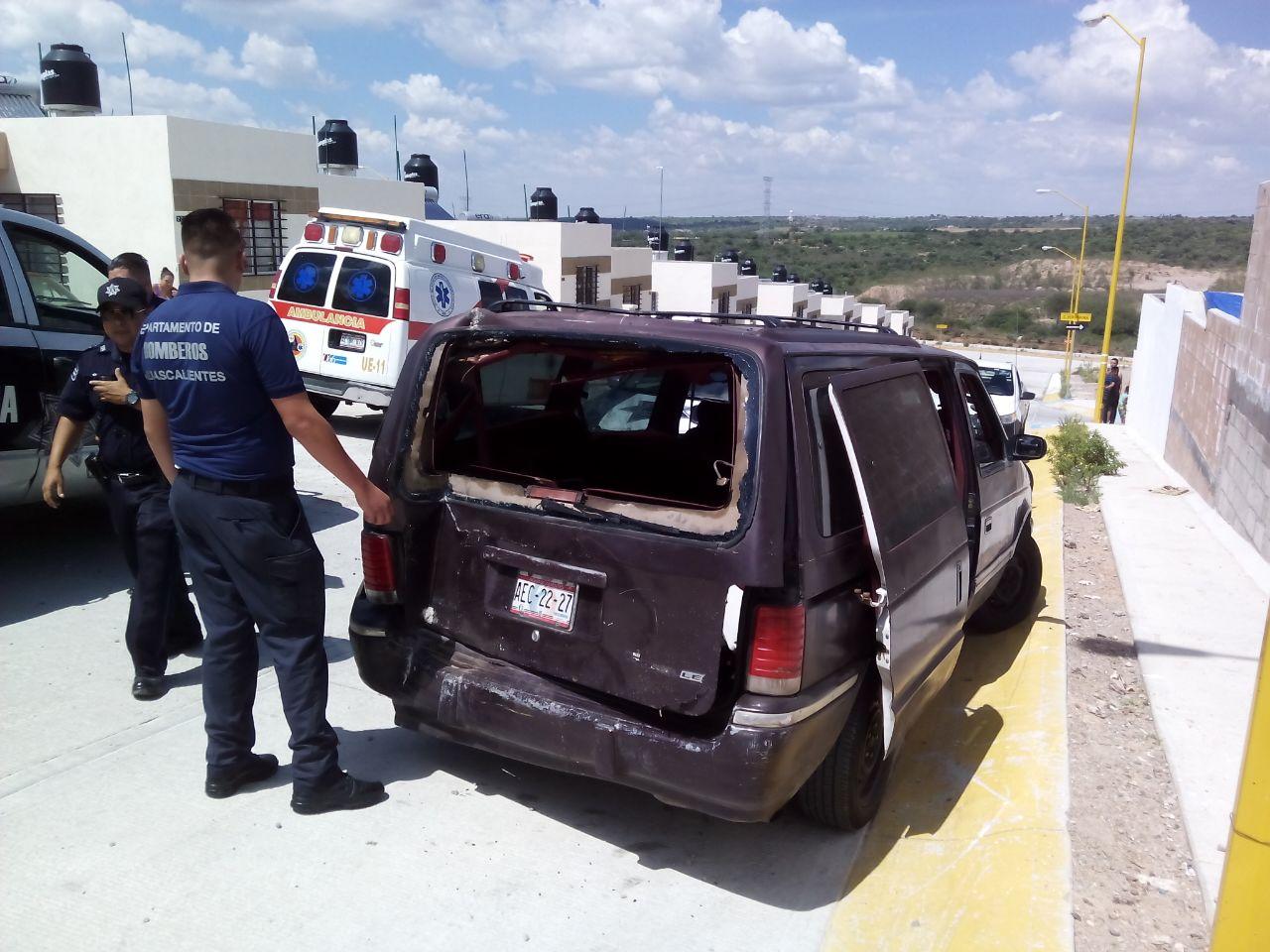 ¡Camioneta chocó contra una casa en Aguascalientes porque 2 niños movieron la palanca de velocidades!