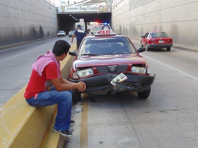 ¡Aparatoso accidente de un taxi que chocó en un paso a desnivel en Aguascalientes!
