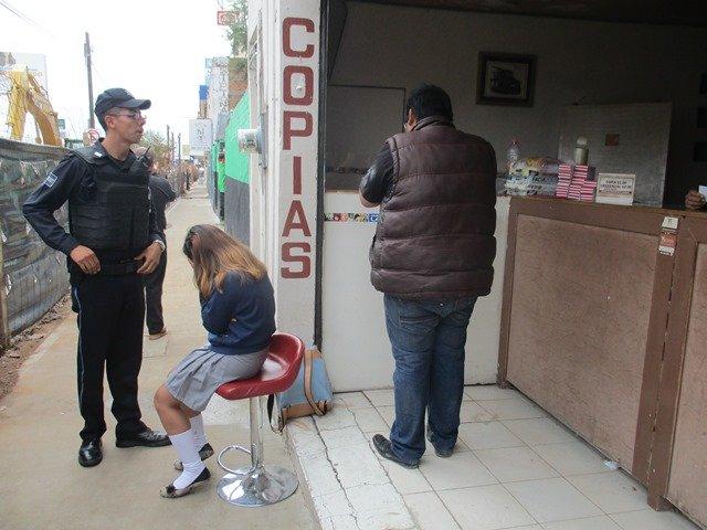 ¡Delincuente armado asaltó a 2 estudiantes en Expo-Plaza en Aguascalientes!