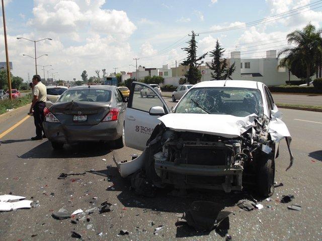 ¡Aparatosa carambola entre 3 automóviles en Aguascalientes!