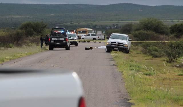 ¡Ejecutaron a un sujeto y cubrieron su cuerpo con una narco-manta en Guadalupe, Zacatecas!
