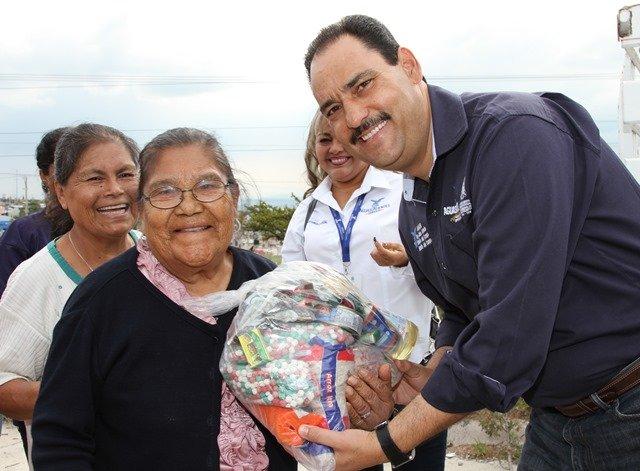 ¡Intensifica alcalde de la ciudad acciones de bienestar social con la entrega de paquetes alimenticios!