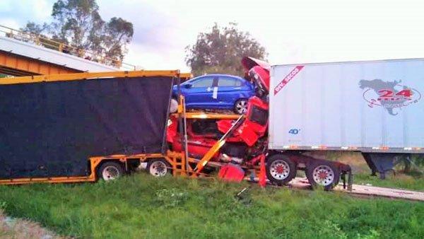 ¡Choque de tres trailers deja una persona muerta en La Chona!
