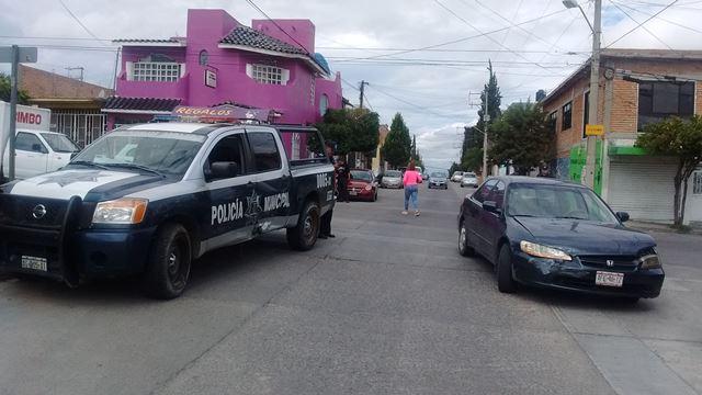 ¡Una mujer lesionada tras el choque entre un auto y una patrulla en Aguascalientes!