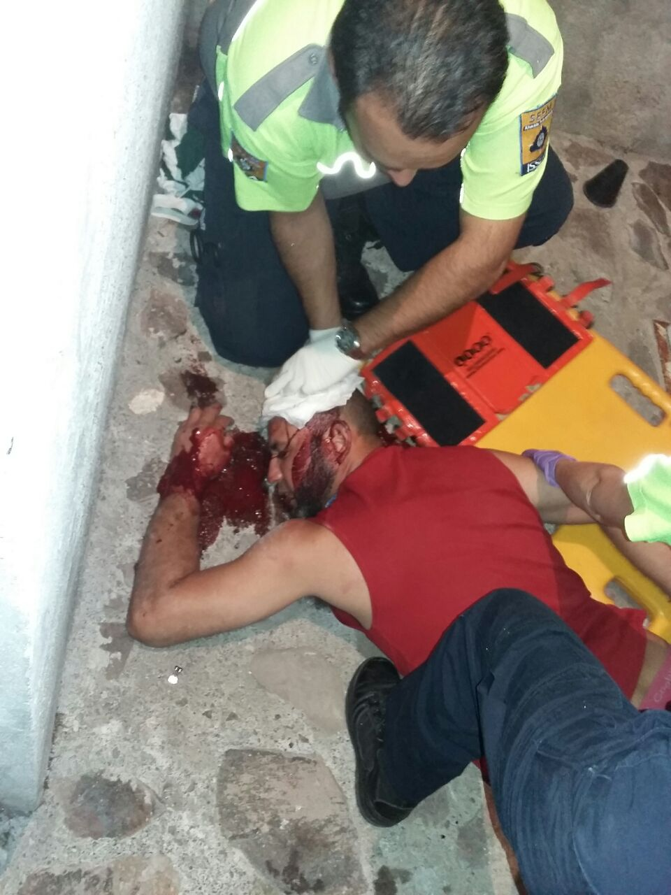 ¡Grave joven que cayó de la azotea de una casa en Aguascalientes y se golpeó la cabeza!