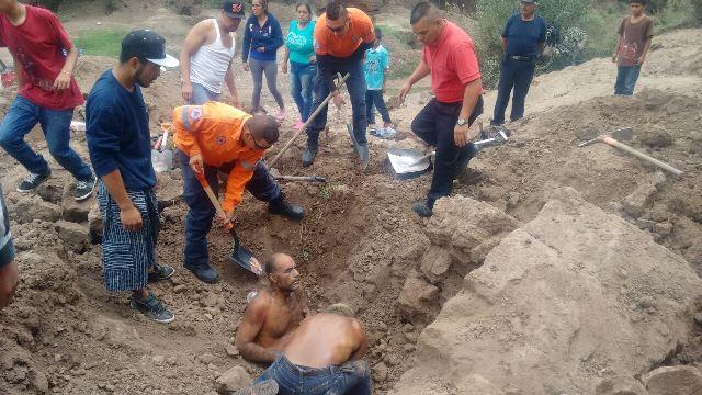 GALERIA/HOMBRE SE SALVÓ DE MORIR ENTERRADO POR UN ALUD DE TIERRA EN AGUASCALIENTES