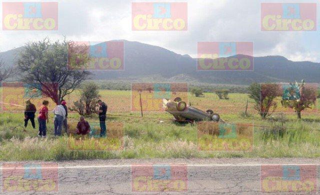 ¡1 mujer muerta y 1 hombre lesionado tras la volcadura de un auto en Fresnillo!