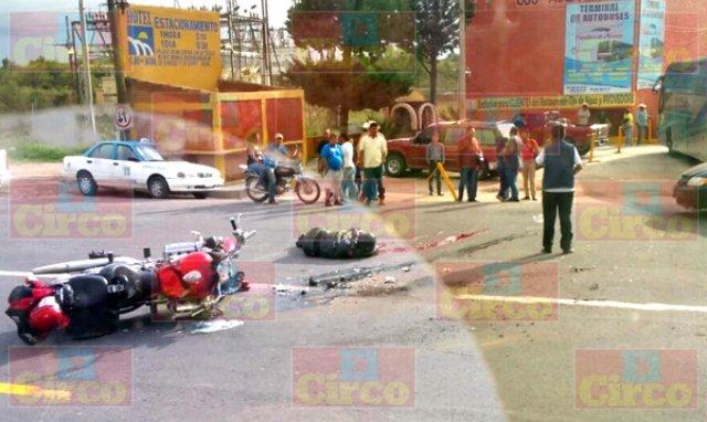 ¡Paramédico motociclista se mató tras chocar contra un autobús en Zacatecas!