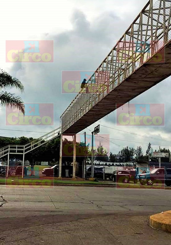 ¡Grave un hombre que se arrojó de un puente peatonal en Tepatitlán, Jalisco!
