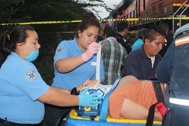 ¡Mujer automovilista fue impactada y arrastrada por el tren en Aguascalientes y sobrevivió!