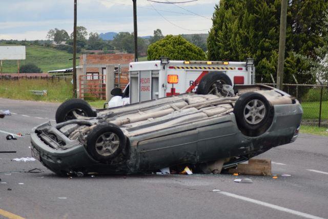 ¡1 muerto y 4 lesionados tras la volcadura de un auto en Aguascalientes!