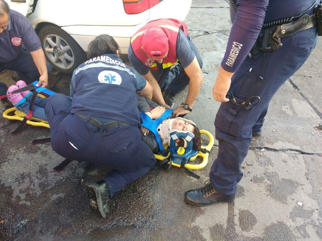 ¡2 mujeres lesionadas tras fuerte choque entre 2 autos en Aguascalientes!