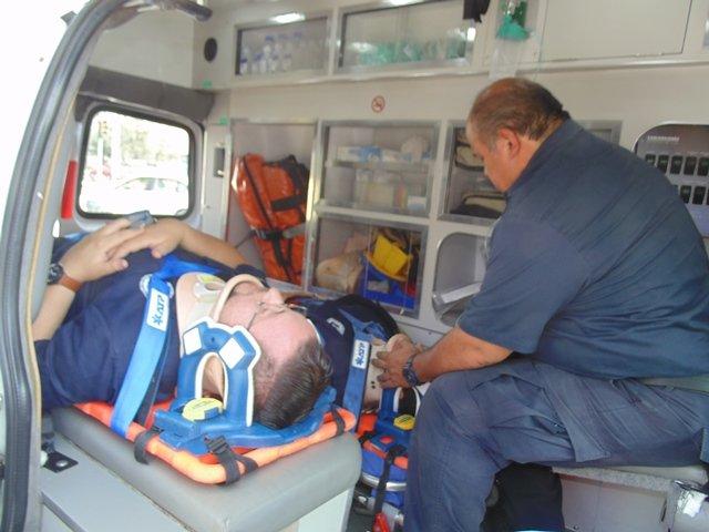 ¡2 paramédicos lesionados tras el choque entre una ambulancia y un taxi en Aguascalientes!