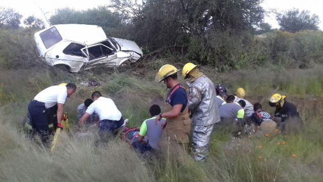 ¡Volcadura de un auto dejó 3 jóvenes lesionados en Aguascalientes!