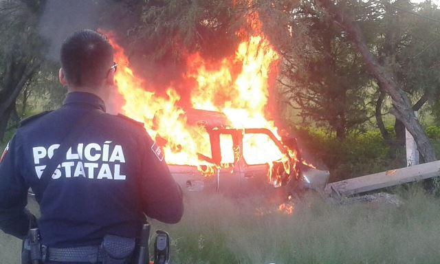 ¡Camioneta chocó contra un poste de concreto y se incendió en Aguascalientes; el chofer salió ileso!
