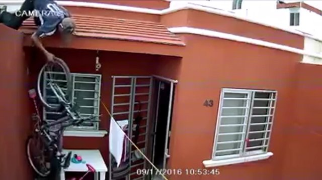 ¡Captan a sujeto robando bicicleta de cabeza en Nayarit!