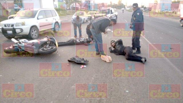 ¡2 motociclistas lesionados tras accidentarse en Lagos de Moreno!