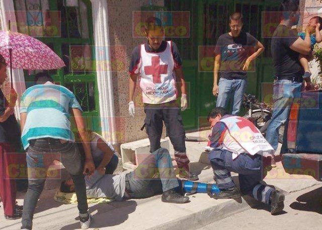 ¡Motociclista lesionado tras ser impactado por una camioneta en Lagos de Moreno!