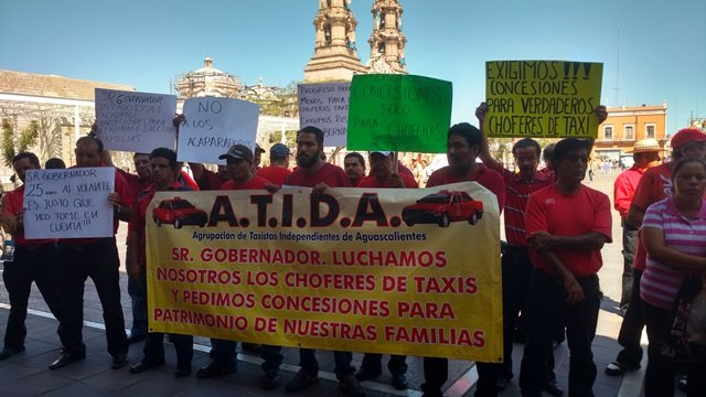 ¡Se manifiestan taxistas en Aguascalientes para exigir concesiones!