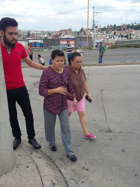 ¡Mujer se salvó de morir atropellada por un camión urbano en Aguascalientes!