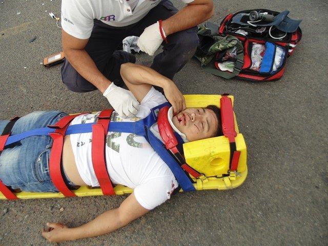 ¡Grave motociclista que chocó contra un automóvil en Aguascalientes!