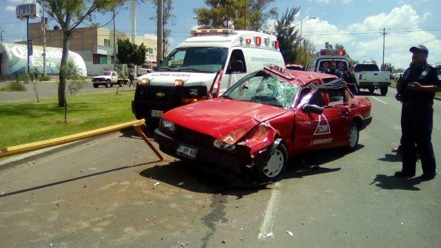 ¡Alcoholizado taxista lesionado tras la volcadura de su auto de alquiler en Aguascalientes!