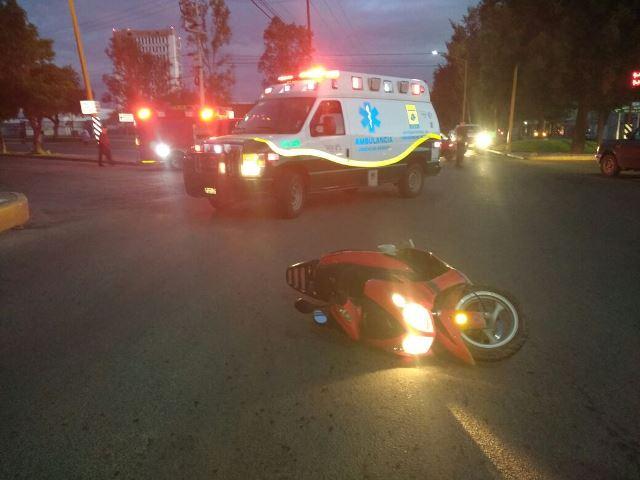¡Padre e hijo motociclistas lesionados tras ser embestidos por una camioneta en Aguascalientes!