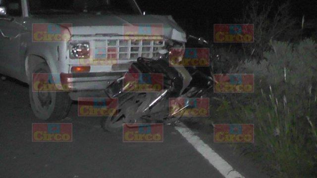 ¡1 muerto y 2 lesionados tras el choque entre una motocicleta y una camioneta en Fresnillo!