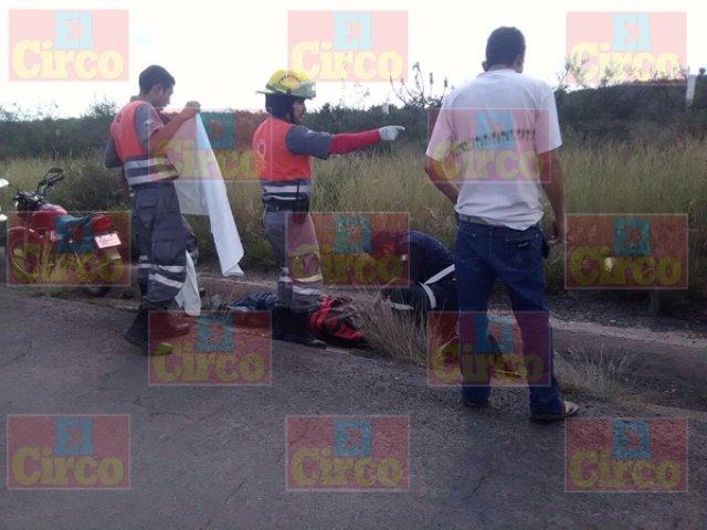 ¡Hombre murió tras caer de su motocicleta en la carretera Río Grande-Fresnillo!