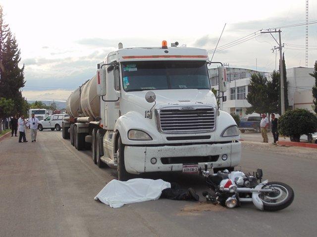 ¡Motociclista murió impactado y arrastrado por un tráiler en Aguascalientes!
