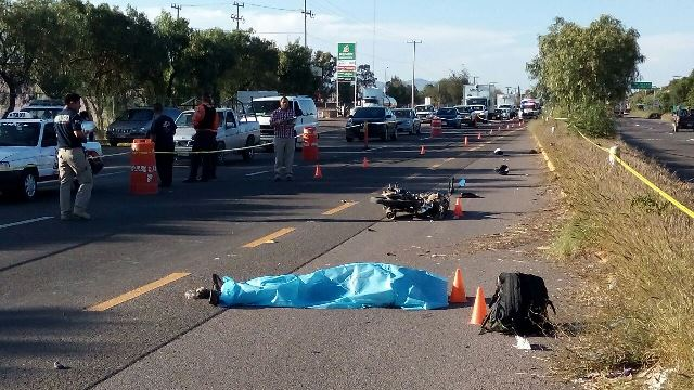 GALERIA/MOTOCICLISTA MURIÓ EMBESTIDO POR UN TRÁILER AL QUE SE LE ATRAVESÓ EN AGUASCALIENTES