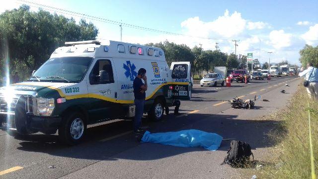 ¡Motociclista murió embestido por un tráiler al que se le atravesó en Aguascalientes!