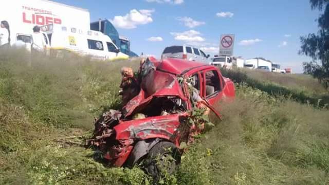 ¡2 muertos y 3 lesionados tras fuerte choque entre 3 vehículos en Aguascalientes!