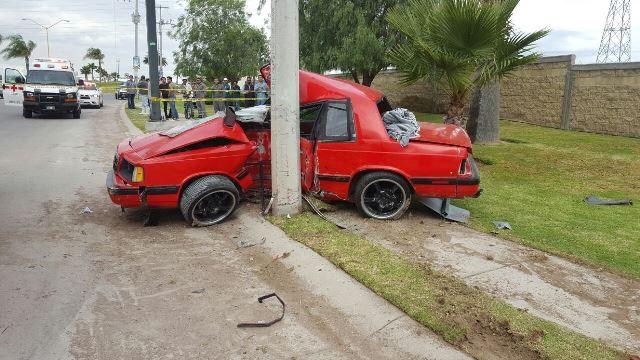 ¡Por jugar arrancones, dos jóvenes resultaron lesionados tras chocar contra un poste en Aguascalientes!